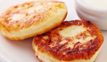 Простой рецепт пышных сырников на сковороде