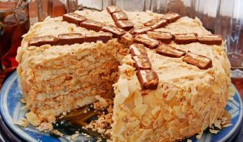 Торт «Сникерс» со сгущенкой и арахисом