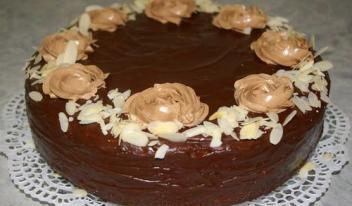 Традиционный торт «Прага» в шоколадной глазури