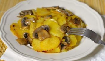 Очень вкусная картошка с грибами в сметане