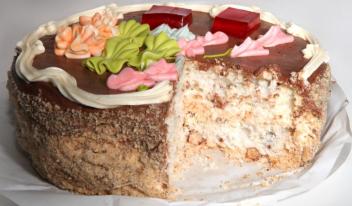 Торт «Киевский» с орехами и кремом шарлотт