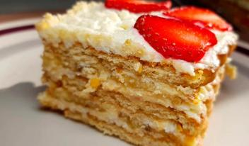 Вкусный торт без выпечки с клубникой и бананами