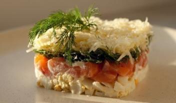 Восхитительный салат с семгой и нежным сыром: простой рецепт