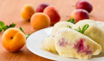 Рецепт вареников со сливами на кефире