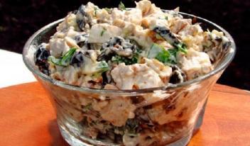 Салат из куриной грудки, маринованных огурцов и грибов