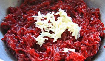 Салаты из сырой свеклы: три рецепта
