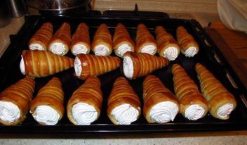 Слоеные трубочки с посыпкой и белковым кремом