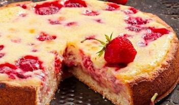 Вкуснейший ароматный и нежный пирог с клубникой