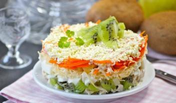 Вкусный салат «Африка» с киви и курицей